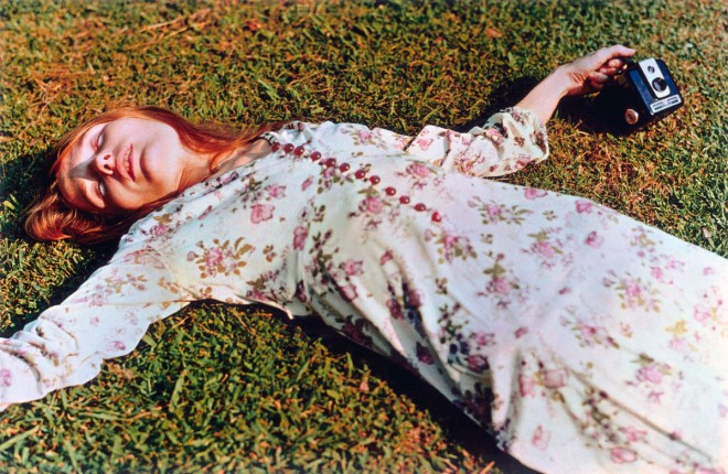 """Girl on grass"", 1974 - Photo : William Eggleston"
