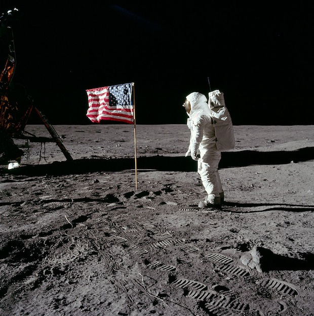 Apollo 11 - Ewin Buzz Adrin salue le drapeau américain pendant que Neil Armstrong le photographie, Film de 16 mm - 1969 - Photo : NASA
