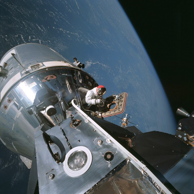Apollo 9, mars 1969 - l'astronaute Dave Scott en train de sortir de la capsule lunaire - Photo : NASA