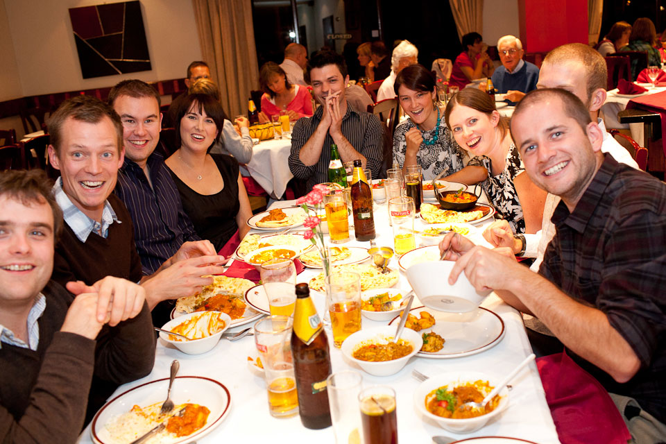 Un groupe d'amis invité pour un curry - Photo : Tom Robinson