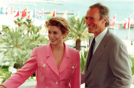 Photo: Catherine Deneuve, Clint Eastwood, Festival de Cannes, 1994. Patrick Hertzog - AFP ©