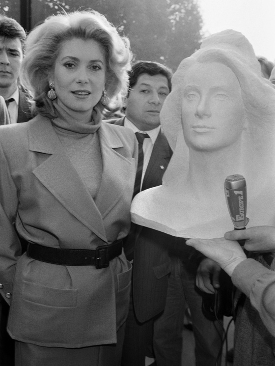 Photo: Catherine Deneuve et le buste de Marianne créé à son effigie, 1985. Jean-Loup Gautreau - AFP Photo ©