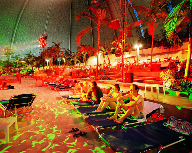 "Germany; Indoor Pool ""Tropical Islands"" in Berlin Brandenburg; Tourist watching the evening show © Reiner Riedler / Anzenberger"