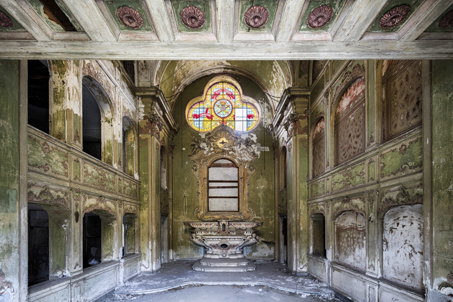 James Kerwin-Domum Dei - GREEN HUES | A SMALL BUT DETAILED FORMER CHAPEL IN A LARGE ITALIAN CITY. Golden Light | A detailed and pretty chapel in Italy.