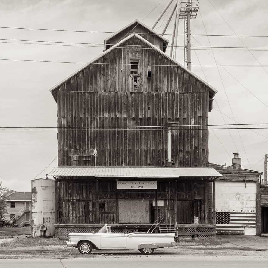 Silo à grain dans un village de campagne du Midwest américain