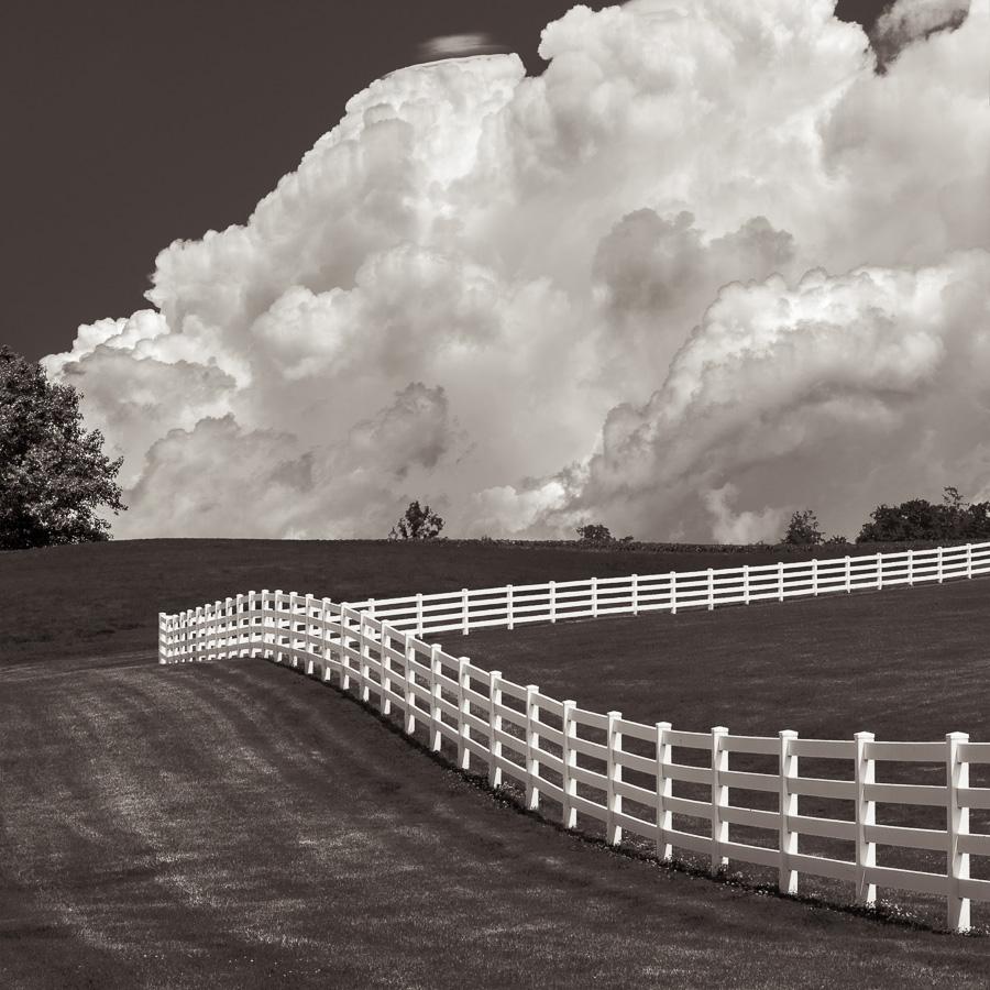 Paysage monochrome et nuageux du Midwest américain, champs avec clôtures blanches