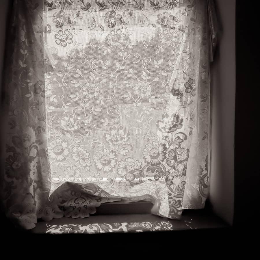 Fenêtre et rideaux vus de l'intérieur d'une maison du Midwest américain