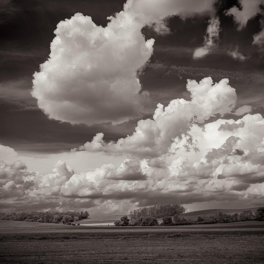 Paysage monochrome du Midwest américain avec ciel chargé de nuages
