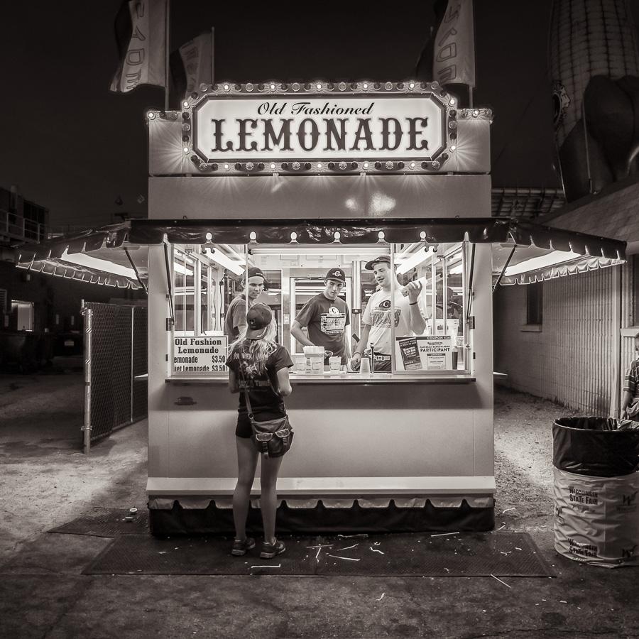 Femme devant un stand de limonade à Madison, capitale de l'état du Wisconsin aux Etats-Unis