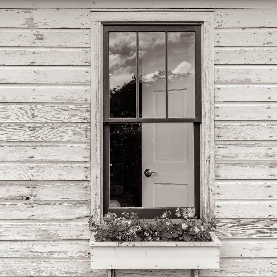 Fenêtre d'une maison en bois du Midwest américain